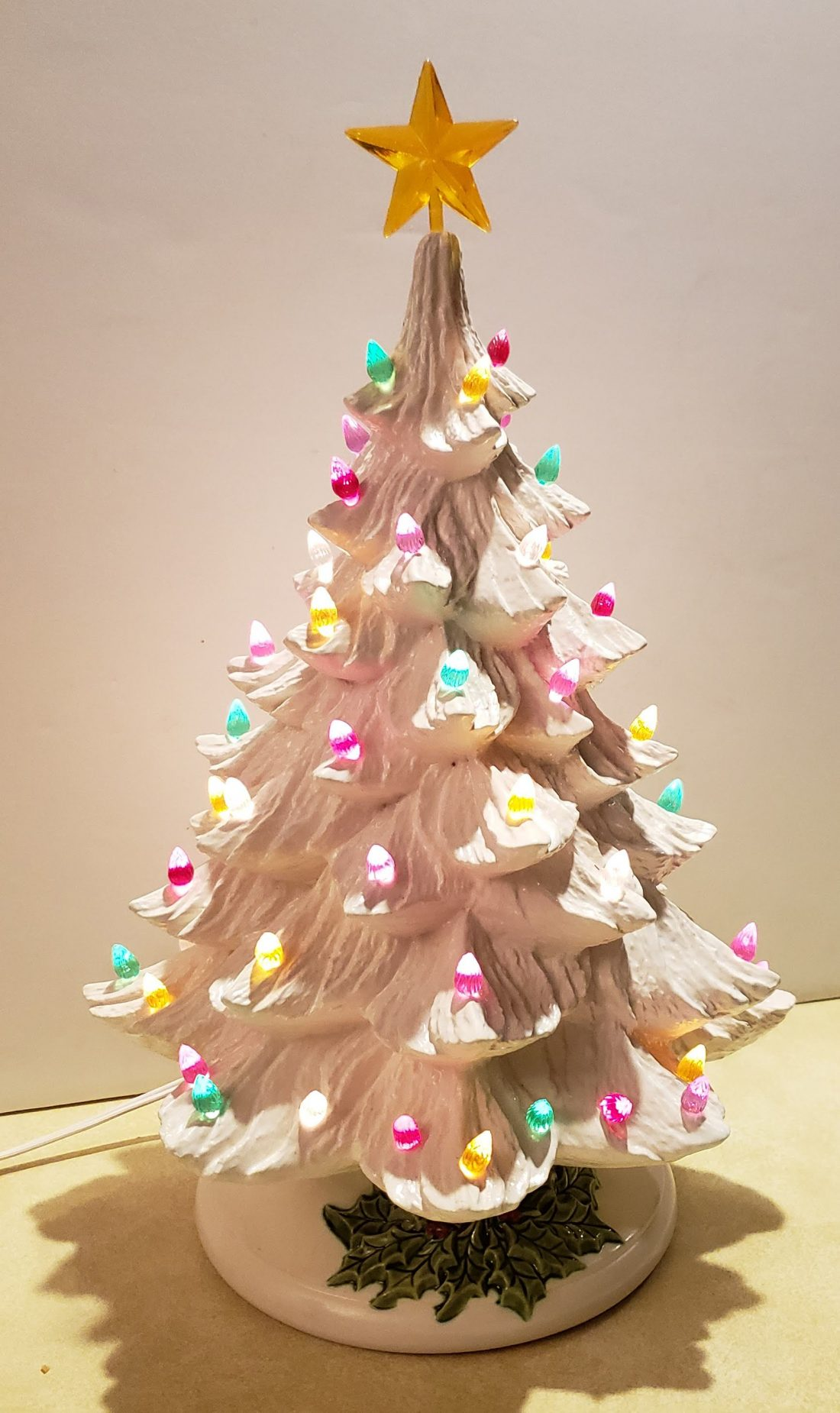 Ceramic Christmas Tree With Lights.Vintage Ceramic White Light Up Christmas Tree